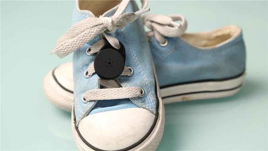 Stick-N-Find: Bluetooth-Aufkleber hilft beim Sachenwiederfinden - Stick-N-Find - hier an einem Kinderschuh befestigt (Bild: SSI America)