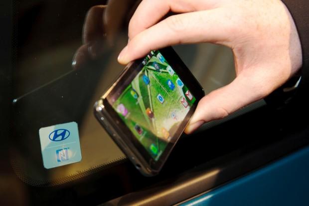 NFC-fähiges Smartphone im Hyundai Connectivity Concept (Bild: Hyundai)
