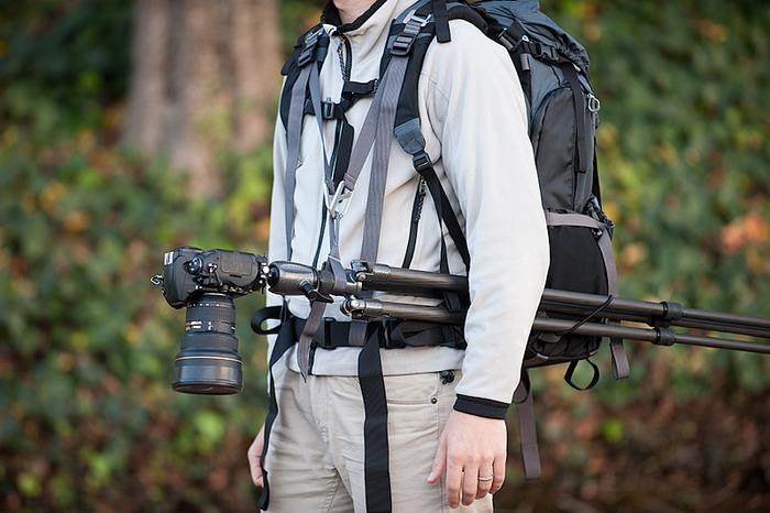 Vom Rücken zum Bauch: Fotorucksack muss nicht in den Dreck geworfen werden - Stativtragefunktion des Mindshift Gear Rotation180 (Bild: Mindshift Gear)