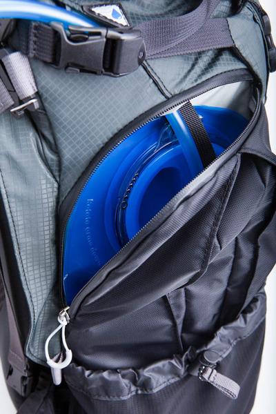 Vom Rücken zum Bauch: Fotorucksack muss nicht in den Dreck geworfen werden - Wasserschlauch im Mindshift Gear Rotation180 (Bild: Mindshift Gear)