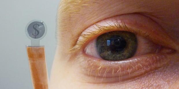 Wie Dagobert Duck: Eine Kontaktlinse mit interiertem Bildschirm zeigt das Dollar-Zeichen. (Foto: CMST/Universität Gent)