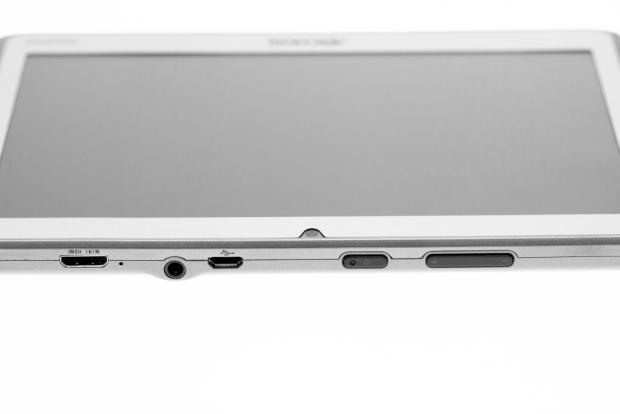 An der Oberseite befinden sich ein Mini-HDMI-Anschluss, ein Kopfhöreranschluss, ein USB-Anschluss, die Lautstärkewippe und der Einschalter. (Bild: Nina Sebayang/Golem.de)