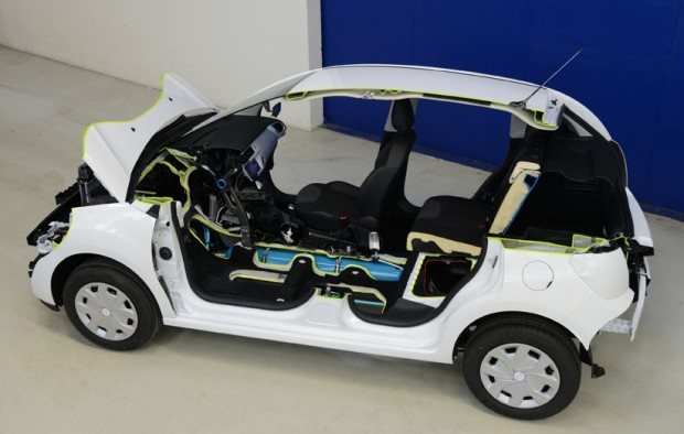 Aufgeschnittenes Fahrzeugmodell mit Hybrid Air (Bild: PSA Peugeot Citroën)