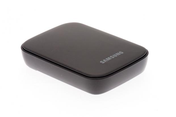 Mit Hilfe des Allshare Cast Dongles von Samsung kann ein Galaxy S3 und auch ein Galaxy Note 2 an das Lapdock angeschlossen und gleichzeitig über USB-OTG die Tastatur der Notebook-Station verwendet werden. (Bild: Nina Sebayang/Golem.de)