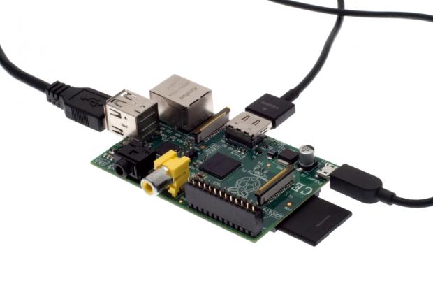 Auch die Entwicklerplatine Raspberry Pi kann dank deren zahlreicher Anschlussmöglichkeiten an das Lapdock angeschlossen werden. (Bild: Nina Sebayang/Golem.de)