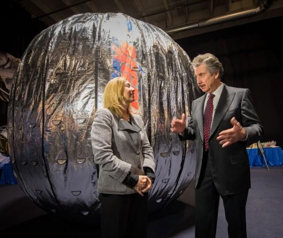 Lori Garver, stellvertretende Nasa-Chefin, und BA-Gründer Robert Bigelow vor einem Modell von Beam (Foto: Bill Ingalls/Nasa)