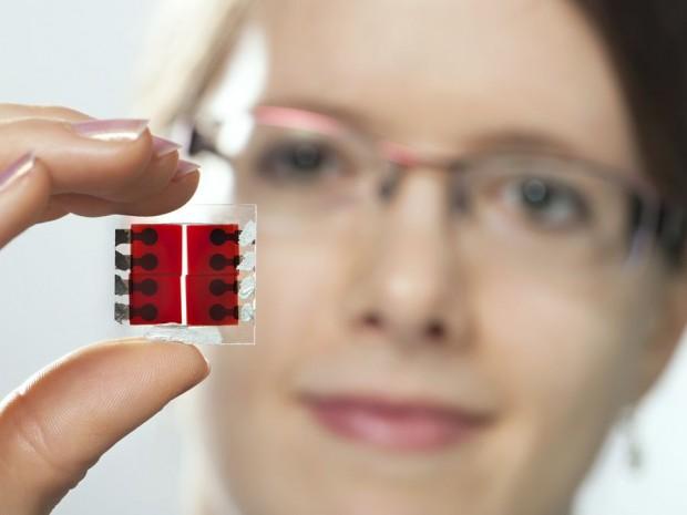 Die Beschichtung mit einem organischen Kunststoff kann außer auf einen Chip auch auf eine Folie aufgebracht werden. (Foto: U. Benz/TUM)