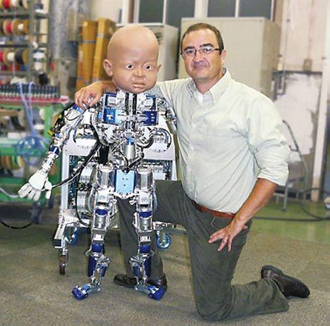 Etwas groß für eine Einjährigen: Diego-san und Projektleiter Javier Movellan (Foto: UCSD)