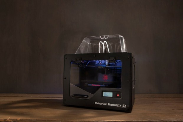 Der 3D-Drucker Replicator 2X von Makerbot. Anders als der Replicator 2 verarbeitet dieses Gerät den Kunststoff ABS. (Bild: Makerbot)