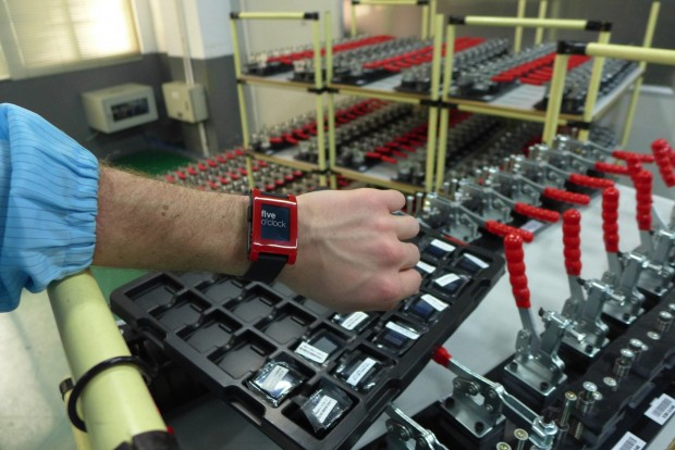 Pebble - fünf Uhr in der Fabrik (Bild: Pebble Technology)