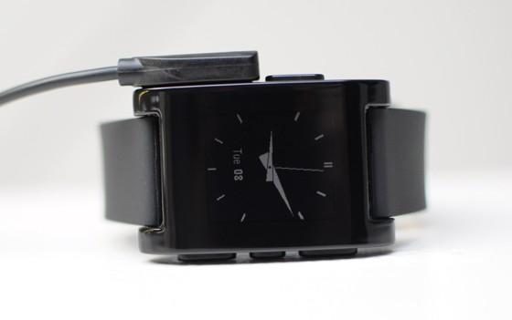 Pebble Smartwatch - magnetisches Ladekabel (Bild: Pebble Technology)
