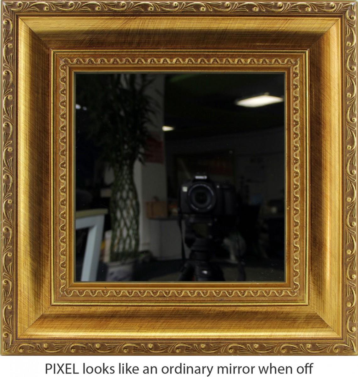Pixel: Bewegte 8-Bit-Kunst zum An-die-Wand-Hängen - Pixel - ist die LED-Matrix inaktiv, sieht das Display aus wie ein normaler Spiegel, vom Stromkabel abgesehen. (Bild: Al Linke)