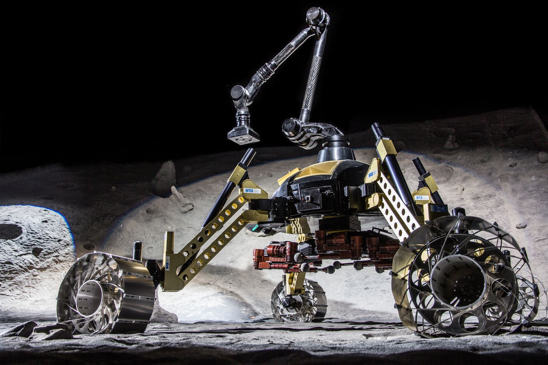 Roboter: Crex kraxelt im Krater - Das Duo Rimres beteht aus dem Rover Sherpa und dem Krabbler Crex. (Foto: Florian Cordes/DFKI)