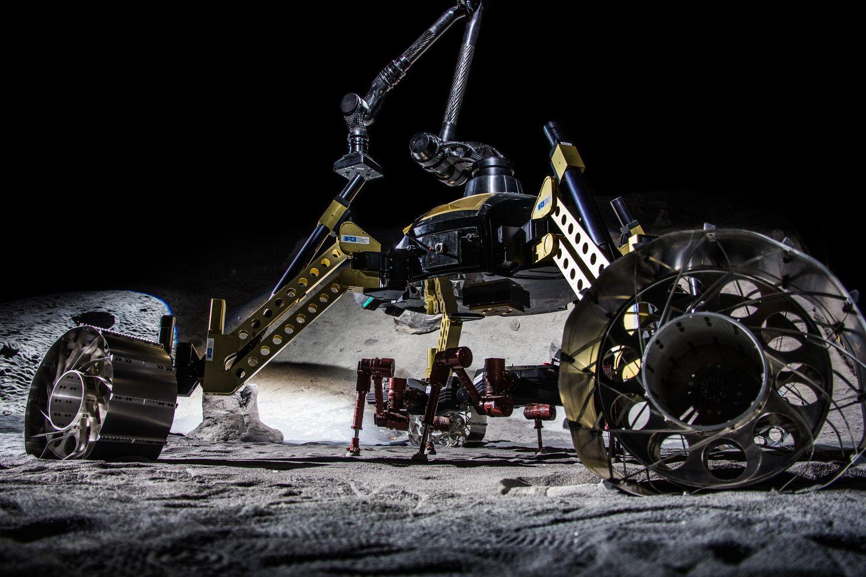 Roboter: Crex kraxelt im Krater - Shera transportiert den Laufroboter und klinkt ihn am Einsatzort aus. (Foto: Florian Cordes/DFKI)