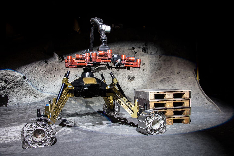 Roboter: Crex kraxelt im Krater - Mit einem Roboterarm kann der Sherpa... (Foto: Florian Cordes/DFKI)