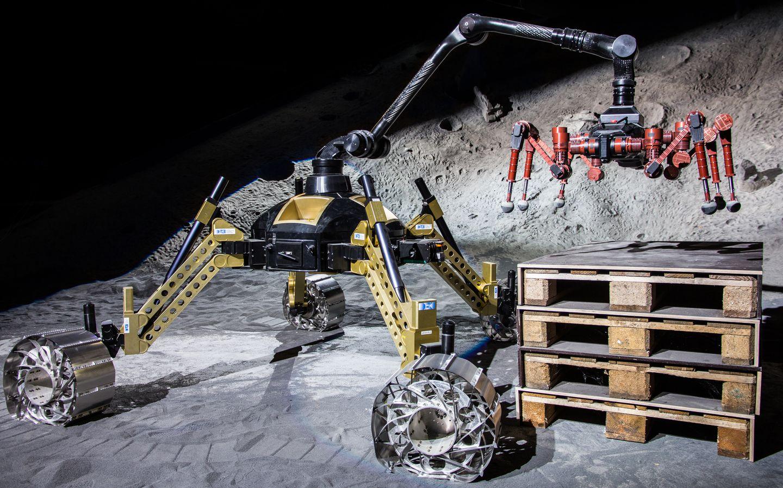 Roboter: Crex kraxelt im Krater - ... den Crex auch anheben. (Foto: Florian Cordes/DFKI)