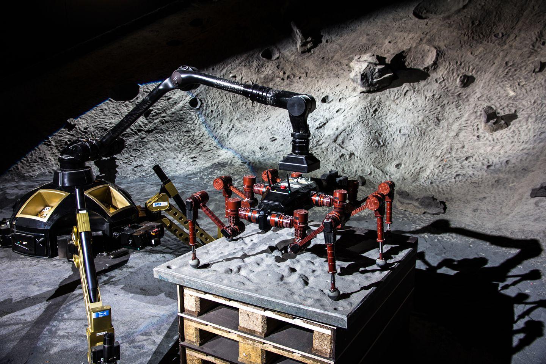 Roboter: Crex kraxelt im Krater - Die Fotos zeigen Tests in der Weltraumexplorationshalle am DFKI in Bremen. (Foto: Florian Cordes/DFKI)