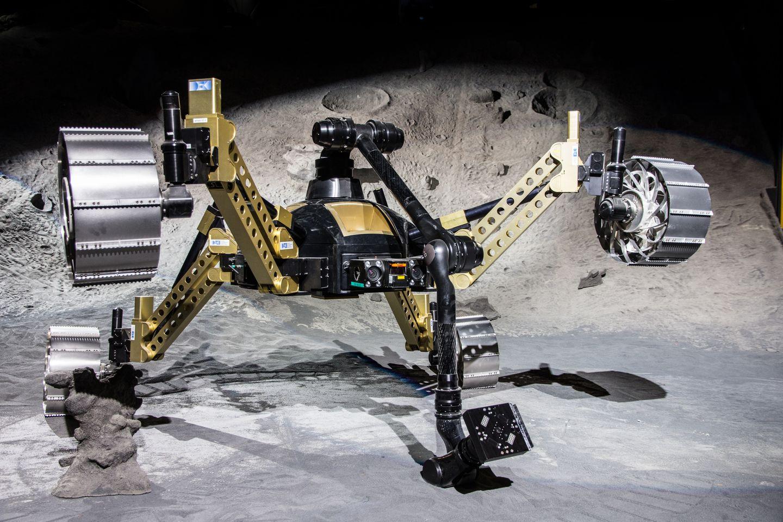 Roboter: Crex kraxelt im Krater - Sollte der Rover dennoch mal feststecken, kann er seinen Arm dazu einsetzen, sich zu befreien. (Foto: Florian Cordes/DFKI)