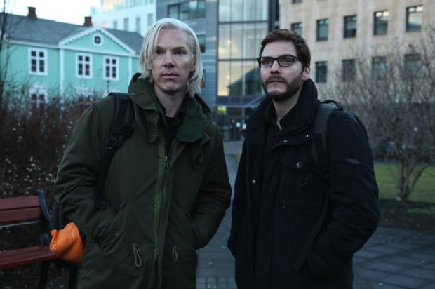 Erstes Szenenbild: Benedict Cumberbatch (l.) als Julian Assange und Daniel Brühl als Daniel Domscheit-Berg im Dreamworks-Pictures-Film The Fifth Estate (Bild: Frank Connor/Dreamworks)
