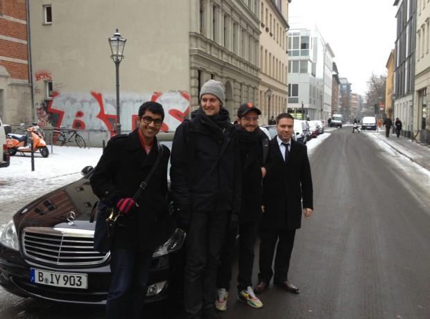 Secret Uber - der erste Fahrgast in Berlin war Soundcloud-Mitgründer Alexander Ljung, links im Foto. (Bild: Uber)