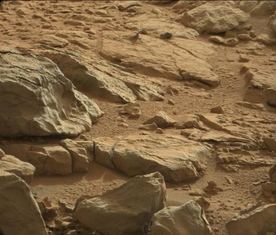 Das mysteriöse, reflektierende Objekt hat die Mastkamera des Rovers Curiosity auf dem Mars aufgenommen. (Bild: Nasa/JPL-Caltech/LANL)