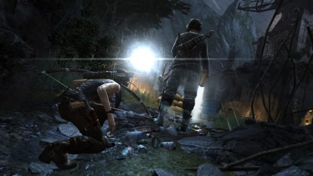 Lara kann sich an Feinde heranschleichen und sie im Nahkampf von hinten ausschalten.