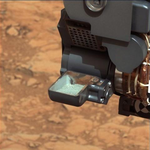 Erste extraterristrische Bohrprobe in der Schaufel des Marsrovers Curiosity (Foto: Nasa/JPL-Caltech/MSSS)
