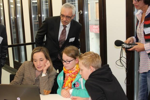 Vorstellung des Kinderservers - Bundesfamilienministerin Kristina Schröder und Eco-Vorstandsvorsitzender Michael Rotert mit Kindern der Hermann-Gmeiner-Schule in Berlin (Bild: Eco)