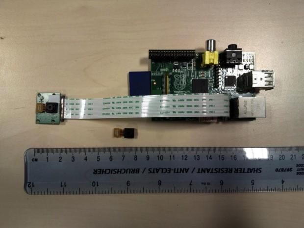 Das Kameramodul neben einer Raspberry-Pi-Platine (Bild: Raspberry Foundation)