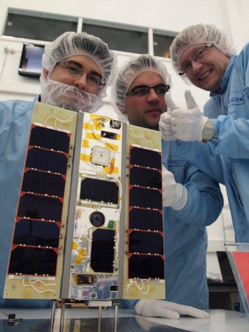 Phonesat: Strand-1 telefoniert mit Android nach Hause - Die Entwickler mit dem fertigen Kleinsatelliten (Foto: SSTL)