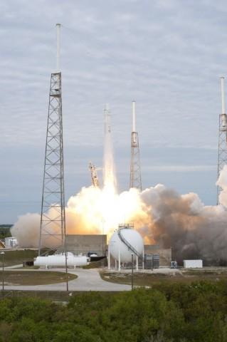 Start zum zweiten Versorgungsflug des US-Raumfahrtunternehmens SpaceX zur ISS: Die Trägerrakete Falcon 9 mit der Raumfähre Dragon hebt am 1. März 2013 von Cape Canaveral aus ab. (Foto: Tony Gray, Robert Murray/Nasa)