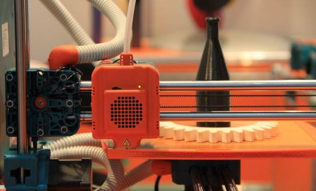 Die bewegliche Druckplatte des Fabbster mit zwei Objekten, die von dem 3D-Drucker aufgebaut wurden (Foto: Werner Pluta/Golem.de)