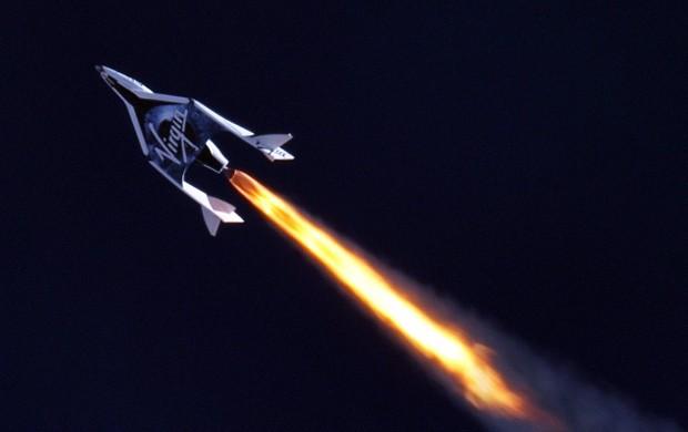 Das Spaceship Two hat kurz nach dem Ausklinken vom Transportflugzeug Whiteknight Two das Raketentriebwerk gezündet. (Foto: Mars Scientific.com/Clay Center Observatoty)