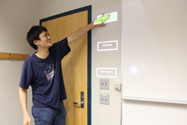 Robert Xiao hat Bedienelemente an die Wand projiziert. (Foto: Carnegie Mellon University)