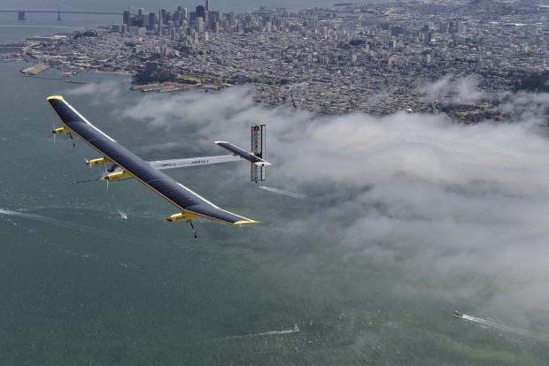 Das Solarflugzeug Solar Impulse bei einem Testflug über San Francisco am 23. April 2013 (Foto: Jean Revillard/Solar Impulse)