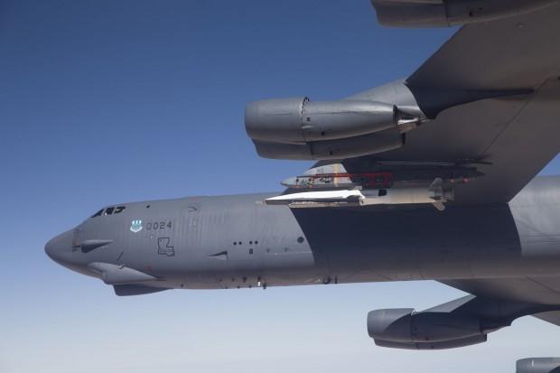 Das Hyperschallflugzeug X-51A Waveglider wurde am 1. Mai 2013 von einer B-52 in die Luft transportiert. (Foto: US Air Force)