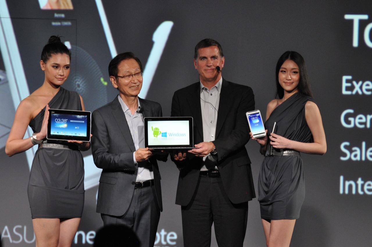 Asus: 3-in1-PC, Tegra-4-Tablet und Fonepad Note - Asus-Chef Jonney Shih mit Intel-Vize Tom Kilroy und weiteren Mitarbeiterinnen