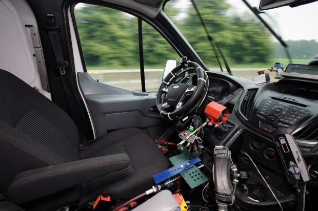 Ford-Testroboter am Steuer des neuen Transit (Bild: Ford)