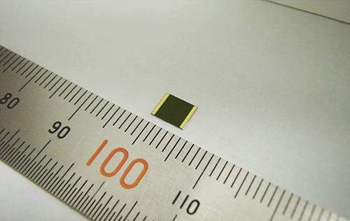 Sharps Mehrfachsolarzelle ist nur 4 x 4 mm groß. (Bild: Sharp)