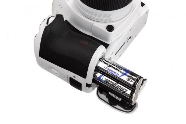 Weiße K-50 mit optionalem Batteriehalter (Fotos: Pentax)