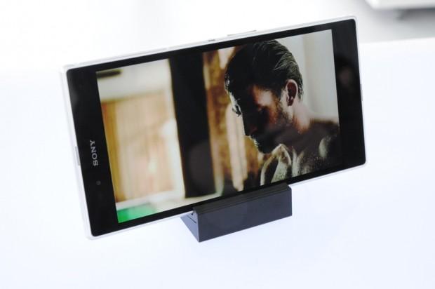 Sonys Xperia Z Ultra in der Ladestation DK30 (Bild: Nico Ernst/Golem.de)