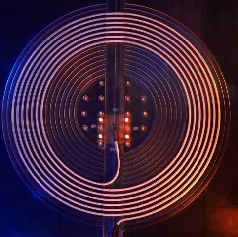 Prototyp einer Spule (Ø ca. 70 cm) zur kontaktlosen Energieübertragung zwischen stationärer Ladestation und Elektrofahrzeug (Bild: Fraunhofer ISE)