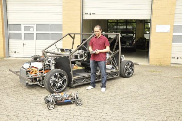 Max und Mobile: An dem Modellauto Max haben die Entwickler die Komponenten für Mobile getestet. (Foto: TU Braunschweig)