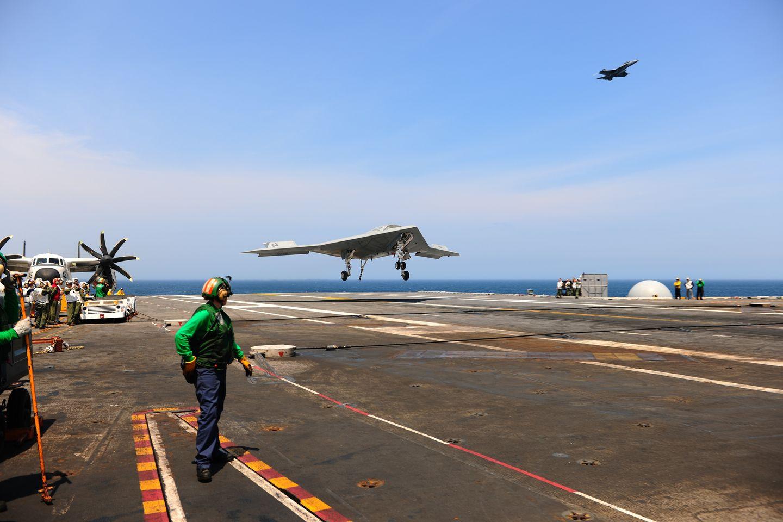 X-47B: Drohne landet auf einem Flugzeugträger -