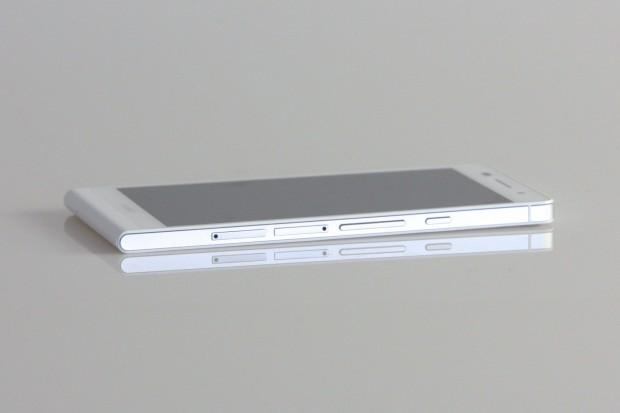 An der Seite befinden sich die Einschübe für die Micro-SD- und Micro-SIM-Karte. (Bild: Nina Sebayang/Golem.de)