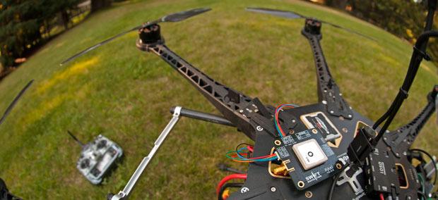 Kickstarter: Piksi erhöht GPS-Genauigkeit für Privatanwender auf 1 cm - Piksi auf einem Quadcopter (Bild: Kickstarter)