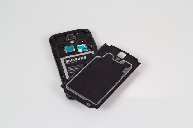 Im abnehmbaren Rückdeckel sitzt eine Gummilippe, die den Akku und die Kartenslots vor Wasser schützt. (Bild: Tobias Költzsch)