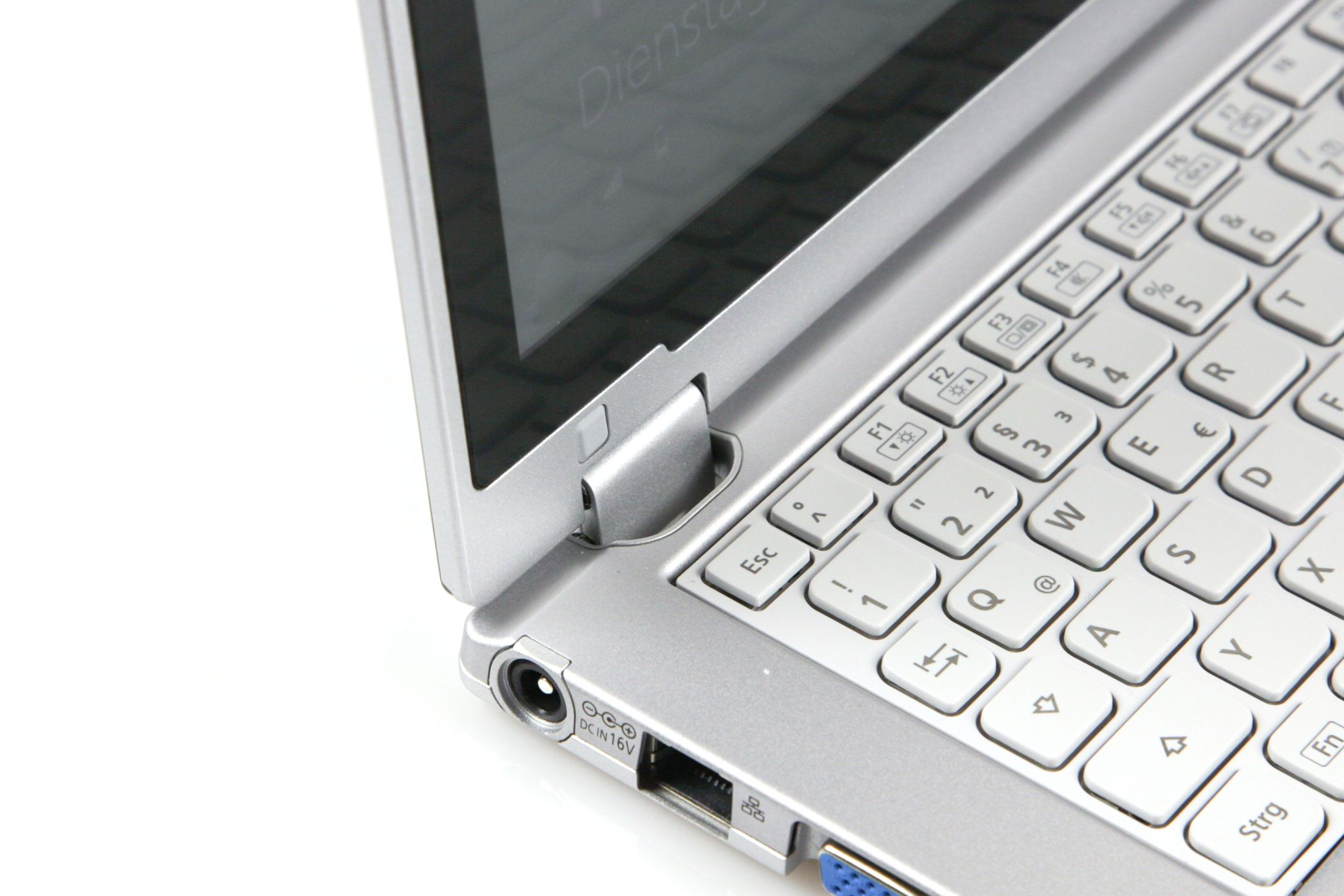 CF-AX2 im Test: Dünnes Toughbook mit Notfallakku und nerviger Tastatur - Im normal aufgeklappten Zustand sieht man noch nicht...(Foto: Nina Sebayang/Golem.de)