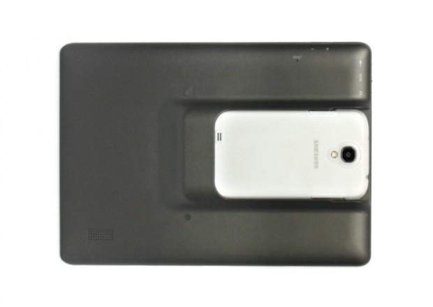 Das Samsung Galaxy S4 im Transmaker Dock TR10 (Bild: Migoal)