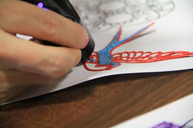 Der 3Doodler in Aktion: Daniel Cohen zeichnet,... (Foto: Werner Pluta/Golem.de)